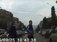 """VIDEO - SIGHET: """"Țăran"""" la volan sau cum să nu dai prioritate pietonilor pe zebră"""