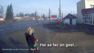 VIDEO ȘOCANT - O prostituată, la produs pe centură împreună cu copilul ei de doar 4 ani!