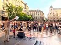 VIDEO: Sute de persoane au manifestat la Budapesta împotriva zidului antiimigraţie care va fi ridicat la graniţa cu Serbia