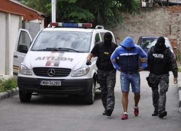VIDEO: Traficant de droguri din Baia Mare, ridicat de mascaţi. Plasa droguri în cluburile din Maramureș și Satu Mare