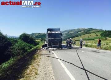 VIDEO - Un autocamion plin cu hârtie A ARS în întregime pe DN1C Baia Mare – Dej