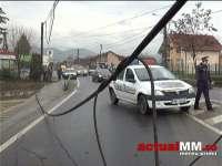 VIDEO: Un autotren a agățat cablurile suspendate deasupra șoselei și a scos un stâlp din pământ