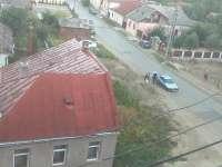 VIDEO - Un bărbat a furat din nisipul adus pentru lucrările de apă-canal de pe strada Popa Lupu din Sighet