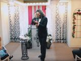VIDEO: Un bărbat s-a căsătorit cu propriul smartphone, ca să atragă atenția asupra hiperconectivității