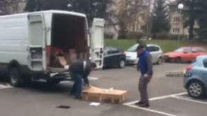 VIDEO - Un bărbat s-a răzbunat după ce o firmă de curierat i-a rătăcit coletul, distrugând mașina și coletele din mașină