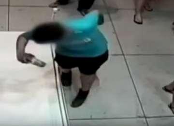 VIDEO - Un copil enervant în vârstă de 12 ani s-a împiedicat şi a distrus un tablou în valoare de peste 1,5 milioane dolari
