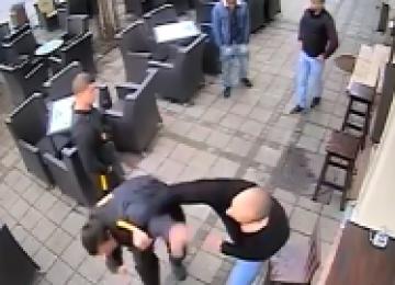 VIDEO - Un interlop din Baia Mare a agresat un agent de securitate din Centrul Vechi