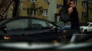 VIDEO - Un pieton a lovit o maşină cu piciorul pentru că era să fie călcat pe trecerea de pietoni