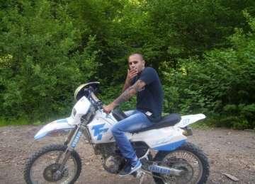 VIDEO - Un tânăr de 23 de ani fără permis a decedat după ce s-a izbit cu motocicleta de o conductă de gaz, fiind urmărit de Poliție