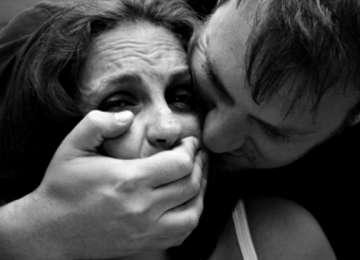 VIOL - Doi bărbaţi arestaţi preventiv după ce au obligat o maramureşeancă să întreţină relaţii sexuale