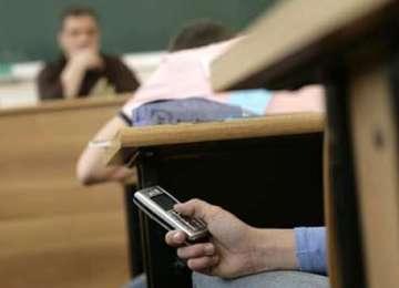 Vişeu de Sus: Elev eliminat de la simularea de la Limba română după ce a fost prins cu telefonul mobil asupra lui