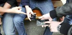 Zeci de telefoane mobile şi cartele telefonice, ridicate de poliţişti de la deţinuţi suspectaţi de înşelăciuni prin metoda Accidentul