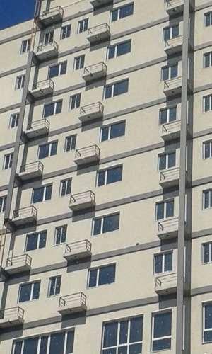 FOTO - Un bloc nou din București a fost construit cu balcoane, dar fără uși la balcon. Află ce a gândit constructorul