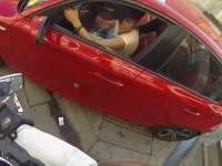VIDEO - Fată pe motocicletă se răzbună pe cei care aruncă gunoiul pe geamul mașinilor