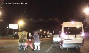 VIDEO FUNNY - Un șofer din Rusia s-a luat la bătaie cu Mickey Mouse :)