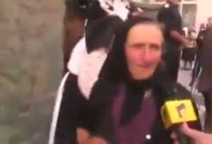 VIDEO - O bătrânică pupă până și microfonul reporterului după atâta pupat de moaște